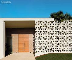 O muro de cobogós na entrada desta casa confere privacidade à sala, sem abafá-la ou escurecê-la.