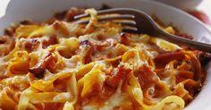 Rykande het och nygräddad pastagratäng serveras gärna med en grön sallad.