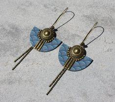 Boucles d'oreilles dormeuses antique bronze et bleu pendentif demi-cercle ethnique papier vague japonaise Bijou fait main Créateur unique