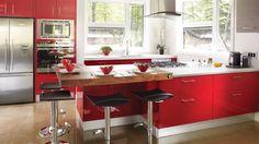 L'écarlate s'impose et donne le rythme à cette cuisine | Photo: Yves Lefebvre #deco #cuisine
