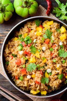 En esta receta, podemos tirar de 'wok' para saltear las verduras y luego incorporar el arroz cocido, pero también te sirve una sartén grande, con capacidad para cocinar todos los ingredientes. Lo bueno de este arroz es que puedes ponerle las verduras que más te gusten. Wok, Fried Rice, Grande, Fries, Ethnic Recipes, Vegetables, Cooking Recipes, Cook, Ethnic Food