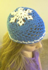Snowflake hat Materials: 1 ball Peaches & Crème worsted weight cotton (2.5 oz) white 1 ball Peaches & Crème worsted weight cotton (2.5 oz) light blue 1 crochet hook, size G 4.00mm Direction…