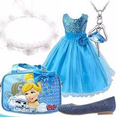 Come non sentirsi Cenerentola con un vestito azzurro tanto elegante? Accompagnano l'outfit accessori a tema: la borsetta Disney, la coroncina di fiori bianca, la collanina con ballerina ed una elegante scarpa chiusa arricchita da paillettes. Un outfit adatto ad una cerimonia ma anche ad una festa di compleanno.