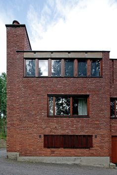 The Säynätsalo Town Hall is a multifunction building complex designed by Alvar Aalto for the municipality of Säynätsalo in Central Finland. Alvar Aalto, Red Brick Walls, Brick Building, Brickwork, Facade Architecture, Town Hall, Halle, Future House, House Styles