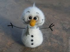 Needle felted snowman by Olga Gorbunova (Alis-house) Felt Diy, Handmade Felt, Needle Felted Animals, Felt Animals, Felt Crafts, Christmas Crafts, Felt Snowman, Snowmen, Needle Felting Tutorials