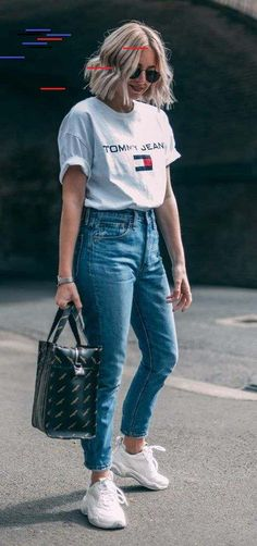 O tênis branco repaginado - . Blusa branca com estampa de logo, tommy hilfiger, mom jeans, bolsa sacola Sweatpants Outfit, Outfit Jeans, Jeans Shoes, Denim Pants, Mom Jeans Outfit Summer, Casual Summer Outfits, Trendy Outfits, Casual Attire, Winter Outfits