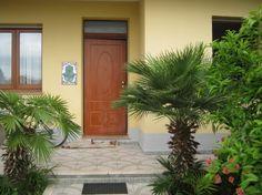 Ussana 10 minuti da Cagliari vendo appartamento al piano terra con giardino di proprietà e ingresso indipendente, composto da 3 camere da letto 1 salone, 1 disimpegno, 1 bagno con doccia idromassaggio ,veranda di 6 mq adibita a zona lavanderia .1 ripostiglio (predisposto per il 2 bagno ) 1 cucina abitabile dotata di finestra e portafinestra dove si accede al giardino di 135 mq ,See more at: http://annuncigratistop.it/ads/appartamento-con-giardino-2/#sthash.z1oKZZFz.dpufv