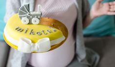 Ciążowy niezbędnik | Blog Spod kocyka baby shower tort cake wózek pram Mikołaj żółty szary biały