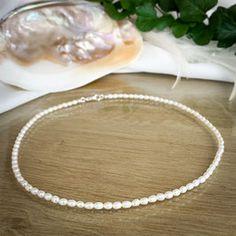 Unsere handgemachte Perlenkette besteht aus ovalen Süßwasser-Perlen mit einer Größe von ca. 3,5 x 5 mm. Als Verschluss dient ein Karabiner aus 925 Sterling Silber. Perlen sind das Symbol für Reichtum, Weisheit, Würde und Liebe. Sie üben eine magische und geheimnissvolle Faszination auf uns aus. Eine Perlenkette ist ein exquisites Geschenk für viele verschiedene Anlässe oder auch für sich selbst! #perlen #pearls #süßwasserperlen #seashell #shell #muschel #schmuck #perlenschmuck #musthave Pearl Necklace, Pearls, Jewelry, Wealth, Shell, Gems Jewelry, Silver Jewellery, Wisdom, String Of Pearls