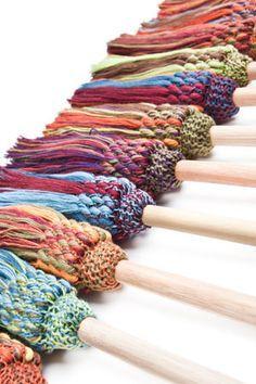 Nos magnifiques lavettes à vaisselle durables,entièrement faites au Québec! Elles motivent à faire la vaisselle! Cap Couture, Weaving Patterns, Mug Rugs, Knit Crochet, Crochet Bags, Wool, Knitting, Diy, Crafts