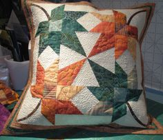 Small Quilt Projects, Quilting Projects, Patchwork Pillow, Quilted Pillow, Canadian Quilts, Quilts Canada, Paper Pieced Quilt Patterns, Pillow Crafts, Machine Quilting Designs