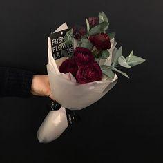 "1,305 Likes, 4 Comments - FRENCH FLOWER SHOP LA REVE 라레브 (@ouilareve) on Instagram: ""꽃을 디자인하다. THE FRENCH FLOWER SHOP LA REVE . . 고급스러운 색감의 와인색 라넌이예요. 라넌큘러스의 계절이 돌아오니 여러 색상의 라넌을 만나볼 수…"""