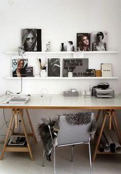 Mit schmalen Regalen und Bildern, wird aus einem langweiligen Arbeitsplatz ein cooler Workingplace