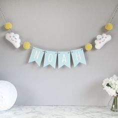 Persoonlijke cloud naam bunting, baby kinderkamer inrichting, baby kamer decoratie, gepersonaliseerde naam bunting met vilt wolken en pom poms, pom