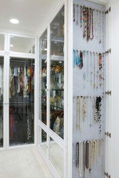 """não gostamos: vidro que não """"tampa"""" o conteúdo dos armários. preferimos: madeira ou espelho"""