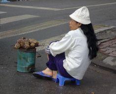 ベトナム、ハノイ(2006年)  ふかし芋売りの女性。
