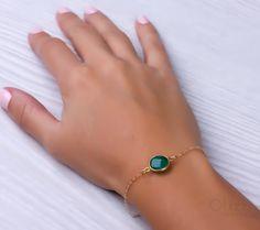 58a2cb3bad77 Una pulsera llenada de oro con una piedra Esmeralda genuina. Esmeralda es  la piedra natal