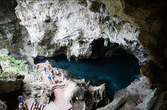 Caverna de los Tres Ojos - Republica Dominicana. En la primera cueva, el lago se encuentra primero con 30 pies de profundidad y en la entrada de la cueva figuras pictográficos se puede encontrar, las cifras que se han encontrado en el momento del descubrimiento.