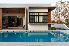 สระว่ายน้ำหน้าบ้าน บ้านชั้นเดียว