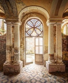 Look, they just make columns with brick, then plaster over them Abandoned - Featured Artist: Abandoned Property, Abandoned Castles, Abandoned Mansions, Abandoned Places, Beautiful Ruins, Beautiful Homes, Beautiful Places, Old Buildings, Abandoned Buildings