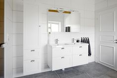 Miller bathroom seen in a house for sale on vastanhem.se. Foto by: @dayfotografi. London 120 cm vanity with a full cover ceramic basin.