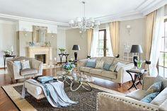 Ściany pomalowane farbą ceramiczną, odbijają światło, błyszczą też welurowe obicia mebli i jedwabny dywan. Stoliki przy kanapie, niklowane dodatki - Mint Grey.
