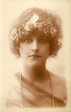 Carte Postale Fantaisie Femme Charme Beaute Fleurs Noyer Collection Watteau brk