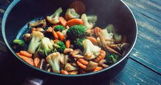 Navigating the current nutrition landscape can feel very confusing. Everyone has a different idea of what looks like. Here are seven basics for identifying nutritious food patterns. Garlic Recipes, Stir Fry Recipes, Fried Vegetables, Veggies, Easy Healthy Recipes, Easy Meals, Healthy Foods, Chicken Cashew Stir Fry, Quick Stir Fry