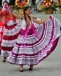 """The beauty of La Guelaguetza The fabulous fiesta at Oaxaca that gathers 7 regions of proud diversity. In one translation, the word """"Guelagu. Mexican Traditional Clothing, Traditional Outfits, Mexican Outfit, Mexican Dresses, Folklorico Dresses, Aztec Art, Mexican Art, Folk Costume, People Of The World"""