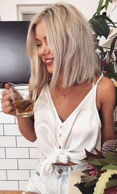 What is the best treatment for frizzy hair? Best treatment for frizz hair - Style My Hairs Ashy Blonde Hair, Short Blonde, Blonde Balayage, Blonde Hair Outfits, Bleach Blonde Bob, Cool Toned Blonde Hair, Fall Blonde, Messy Short Hair, Short Indie Hair