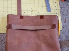 Picture of Adding Small Straps to DIY Leather Bag Diy Leather Tote, Leather Bags, Leather Crafts, Leather Projects, Leather Purses, Leather Handbags, Leather Bag Pattern, Brown Leather Totes, Tuto Sac