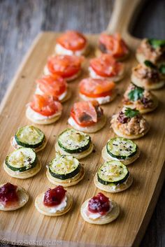 20 Sweet Wedding Finger Food and Mini Dessert Ideas for Your Big Day mini blinis wedding finger food ideas Snacks Für Party, Appetizers For Party, Appetizer Recipes, Dinner Recipes, Wedding Finger Foods, Brunch Finger Foods, Party Finger Foods, Christmas Party Food, Christmas Canapes