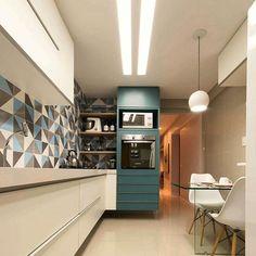 Adoro projetos de cozinha que fogem do convencional. Aqui o Branco deu espaço para o azul petróleo. O ladrilho hidráulico revestiu a parede da bancada. Inspiração postada pelo ig lindo @almocodesexta. Projeto