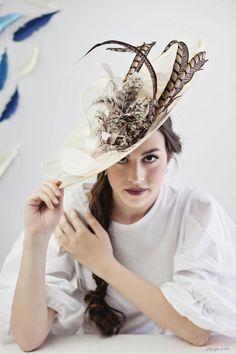 Pamela con plumas de Faisan. Fotos. Rocio Berrio Fotografia.