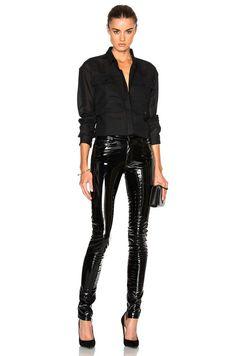 Camisa preta, calça de vinil, scarpin preto
