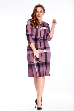Príjemné dámske krátke šaty s rovným strihom vo fialovej farbe, vhodné na bežné nosenie do práce či školy. Šaty majú trojštvrťové rukávy, okrúhly výstrih, jednoduchý károvaný vzor a čierny opasok. Sú vhodné pre všetky typy postáv. Peplum Dress, Dresses For Work, Fashion, Moda, Fashion Styles, Fashion Illustrations, Peplum Dresses