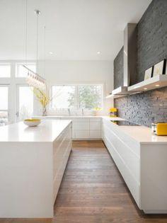 parement de pierre gris dans la cuisine moderne sol en parquet clair