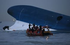 "Polisi laut Korea Selatan mencari para penumpang yang masih hilang, setelah kapal ferry Korsel""Sewol"" tenggelam di laut Jindo.  #PRAYFORSOUTHKOREA"
