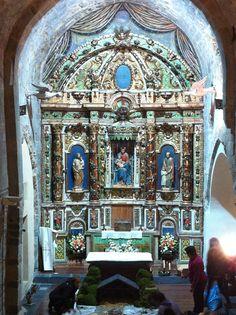 L'interior no té l'amplitud de l'espai basilical de les esglésies de Taüll, que aquí és substituït per una nau única i allargassada, a la que s'afegiren ...
