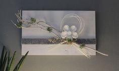WD113 – Frühlingshafte Wanddeko! Holzbrett weiß gebeizt, dekoriert mit natürlichen Materialien, Filzband, Holz-Alublume und künstlichen Sukkulenten! Preis 44,90€ Größe 30x50cm