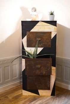 Industrial handmade furniture - wood pallet and black geometric shapes de la boutique FrenchyVintageStore sur Etsy