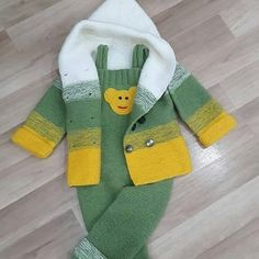 Discover thousands of images about Nu este disponibilă nicio descriere pentru fotografie. Baby Knitting Patterns, Baby Sweater Patterns, Knitting For Kids, Crochet Baby Sweaters, Crochet Baby Clothes, Baby Cardigan, Baby Pullover Muster, Baby Coat, Baby Dress