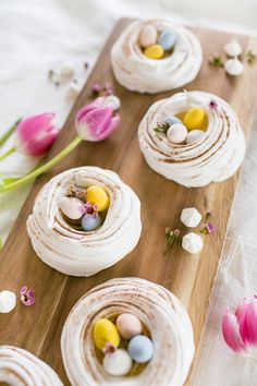 By food contributor Brittany With Easter just around the corner Im always trying to think of fun new ideas for themed desserts and these light meringue nests have become a favorite! Meringues might seem daunting to make but they take few ingredients and Meringue Icing, Meringue Cookie Recipe, Raspberry Meringue, Meringue Recept, Icing Recipe, Easter Cupcakes, Easter Cookies, Easter Treats, Easter Cake