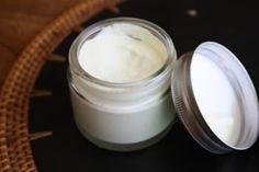 Si vous souhaitez avoir une peau bien hydratée, ferme et sans stries, vous devez vous habituer à vous appliquer une crème hydratante corporelle au quotidien.