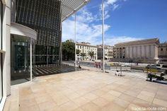 Parvis du Carré d'Art de Nîmes et la Maison Carrée