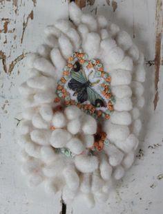 Sierspeld handgevilt en geborduurd vlinder in witte door LaRosaRosa