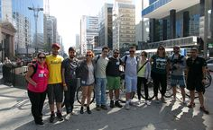 Blogueiros reunidos na Praça do Ciclista, ponto de partida do passeio de bike em SP