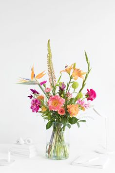 Order your flower subscription. Choose the size and how often you want to receive flowers. Compile your flexible flower subscription yourself. Gladiolus Wedding Bouquet, Gladiolus Centerpiece, Gladiolus Arrangements, Gladiolus Flower, Church Flower Arrangements, Vase Arrangements, Happy Flowers, Beautiful Flowers, Spring Flowers