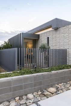 The Ridge Vista Residence by Architecture in Palm Springs, California is a luxury modern home with stunning views. Tor Design, Gate Design, House Design, Deck Design, Vista House, Modern Fence Design, Luxury Modern Homes, Design Exterior, Concrete Fence