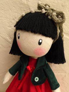 My lovely dolls é um novo conceito em confecção de bonecas adotado pela My lovely Lolly. São peças únicas e numeradas, feitas artesanalmente por Luciana Zanin, priorizando a delicadeza e riqueza de detalhes desde a escolha dos materiais, combinação de cores, confecção das roupas até sua completa finalização; um processo cuidadoso, demorado e encantador!  Alicia é feita em linho, plush, lese e algodão, com cabelos em lã, detalhes em fita de cetim e botões, rosto e tênis pintados à mão. Fica…